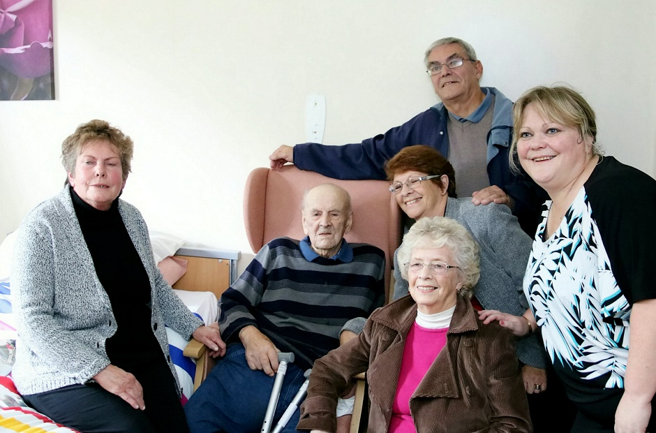 oldest man surrounded by family