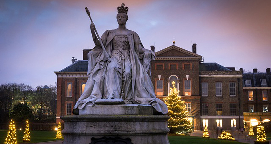 Christmas - Kensington Palace - Victoria statue
