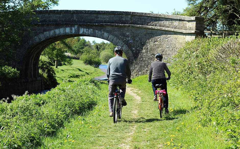Cyclists on side of canal - Free for commercial use - No attribution required - Credit Pixabay